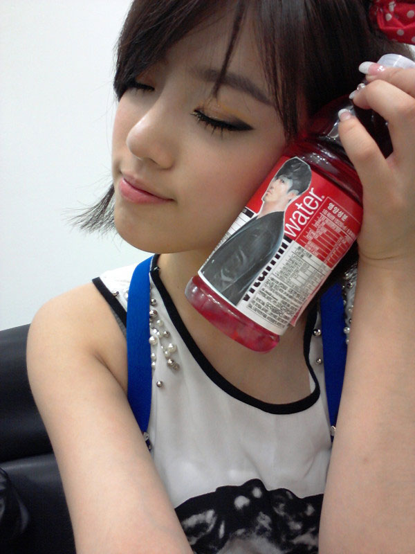 T-ara Eunjung and Dokko Jin drink