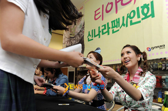T-ara fan signing event