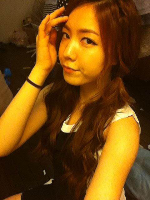 T-ara HwaYoung forehead selca