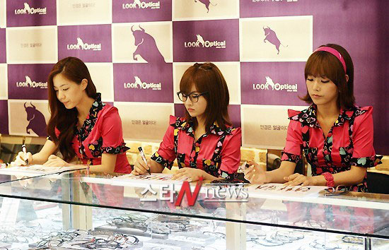 T-ara members Look Optical fan signing