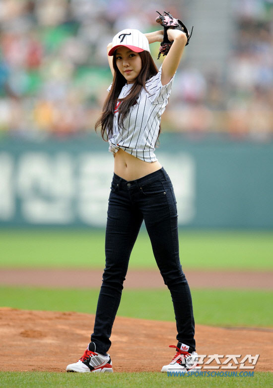 T-ara Hyomin baseball pitch