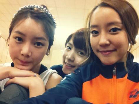 T-ara Soyeon, Hwayoung and Rainbow Woori selca