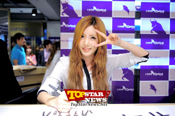 T-ara Qri Look Optical fan signing