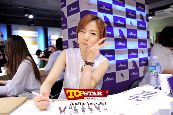 T-ara Hwayoung Look Optical fan signing