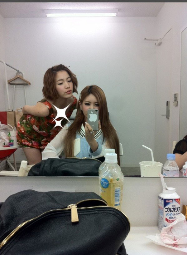 T-ara Qri and Hwayoung Twitter selca